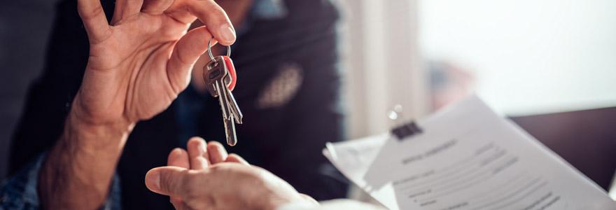 remise de clés d'un agent immobilier